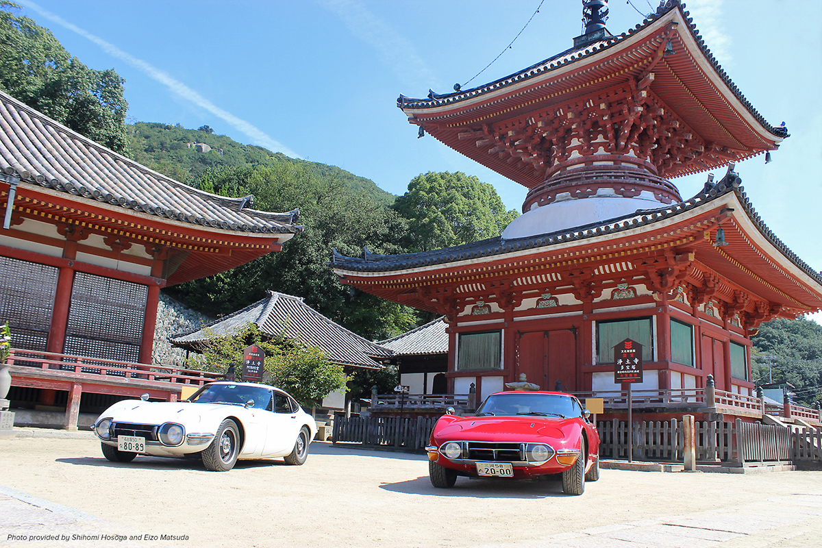 Image of two Toyota 2000GTs in front of the National Treasure Temple in Japan - photo provided by Shihomi Hosoya and Eizo Matsuda