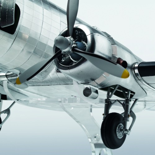Build the Douglas DC-3 - Faithfully recreated - DC-3's powerful engines