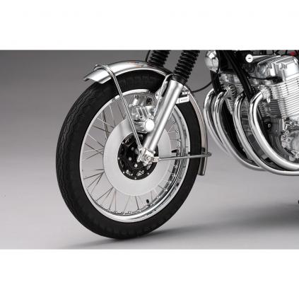 Honda Dream CB750 FOUR - Der vordere Scheibenbremsenrotor und Bremssattel am Modell sind originalgetreu wiedergegeben.