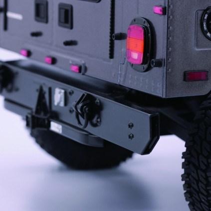 Bau und steuere den Hummer H1 - Die Karosserie besteht aus stoßfestem Kunststoff, der nicht nur eine hohe Detailtreue erlaubt, sondern sich sogar in schwerem Gelände bewährt.