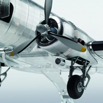 Bauen Sie die Douglas DC-3 - Originalgetreue Details wie die kraftvollen Triebwerke der DC-3 bestehen aus lasergeschnittenem Holz, Druckgussteilen sowie fotogeätzten Komponenten.