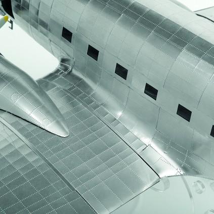 Bauen Sie die Douglas DC-3 - Der Flugzeugrumpf ist mit einer glänzenden Aluminiumhülle verkleidet.