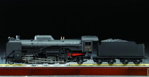 Bauen Sie die Dampflokomotive D51 - Inklusive Schienenstrang und Grundplatte, auf der die D51 präsentiert wird.