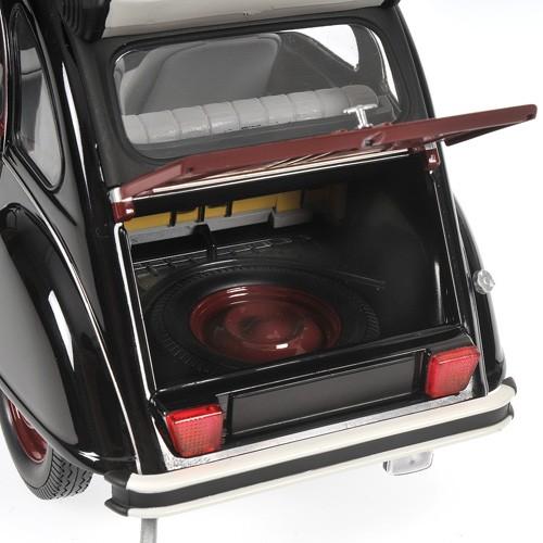 Citroën 2 CV Charleston - Vom Armaturenbrett über die Stoffsitze bis hin zum Reserverad ist die Innenausstattung originalgetreu nachgebildet.