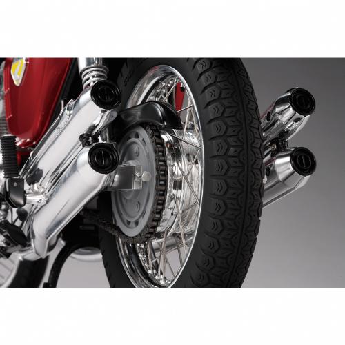 Honda Dream CB750 FOUR - Rückansicht von Kette und Ritzel die das Hinterrad antreiben.