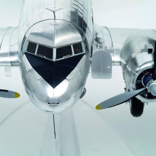 Bauen Sie die Douglas DC-3 - Das Modell besticht durch eine Fülle von authentisch wiedergegebenen Details.